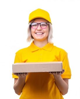 Bild des kuriers der jungen frau mit brille und gelbem t-shirt mit kasten in ihren händen