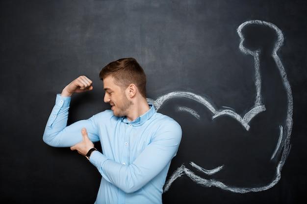 Bild des lustigen mannes mit falschen muskelarmen