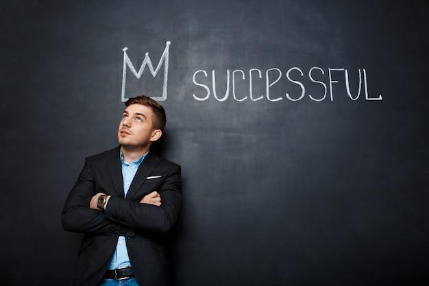 Bild des mannes über tafel mit krone und text erfolgreich