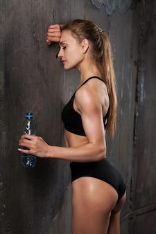 Bild des muskulösen jungen weiblichen athleten