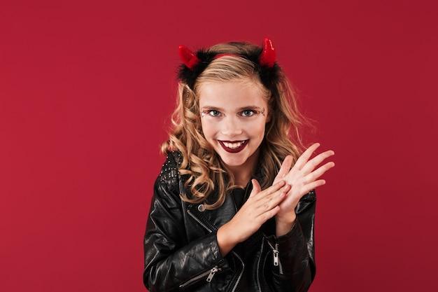 Bild des positiven schlauen kleinen mädchenteufels im karnevals-halloween-kostüm