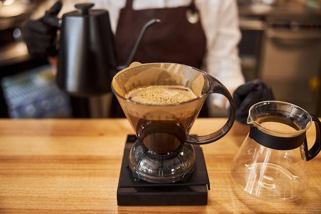 Bild des prozesses der zubereitung von tropfkaffee
