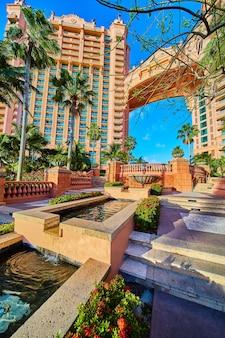 Bild des resorts und künstlicher wasserfalleimer in den tropen mit palmen