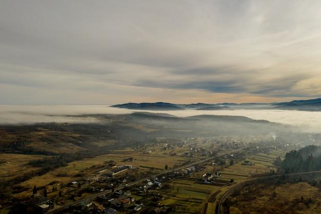 Bild des schönen dorfes in den bergen, blick des nebels über kleine stadt, viele häuser im libanesischen berg, herrliche landschaft, malerischer ländlicher ort, reise- und urlaubskonzept