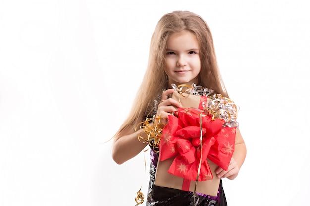 Bild des schönen mädchens mit geschenkbox auf weißer wand