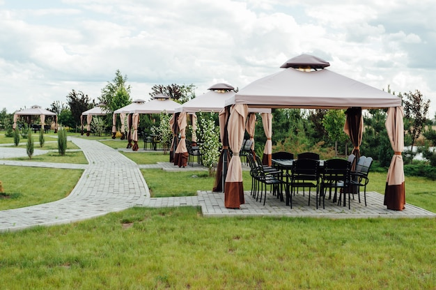 Bild des schönheitsgartens mit modernem pavillon