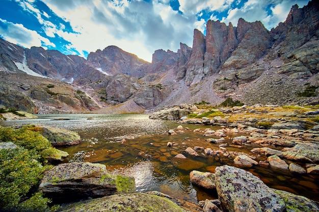 Bild des sees in den rocky mountains mit scharfen punkten und wolken