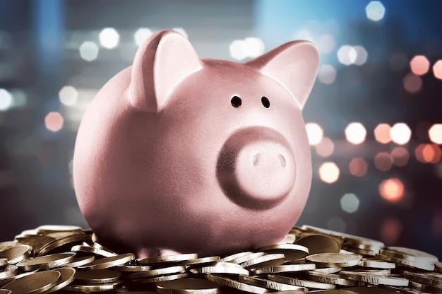 Bild des sparschweins auf dem halt von münzen