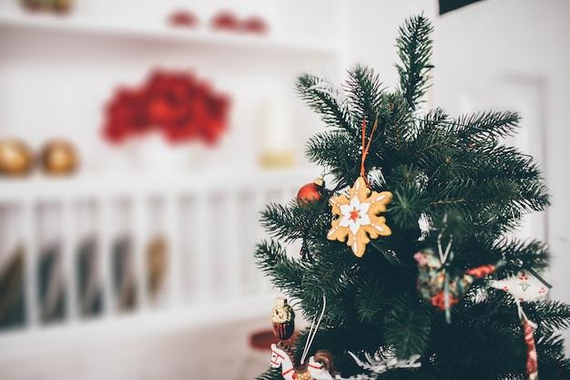 Bild des weihnachtsbaumes mit dekoration auf ihm auf weißem raum. unscharfer hintergrund.