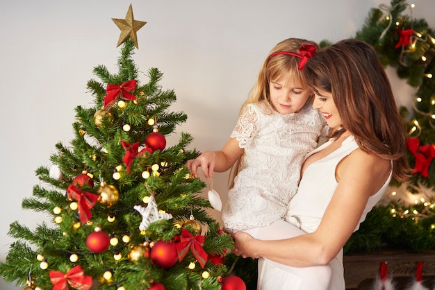 Bild des weihnachtsbaumes verziert durch familie