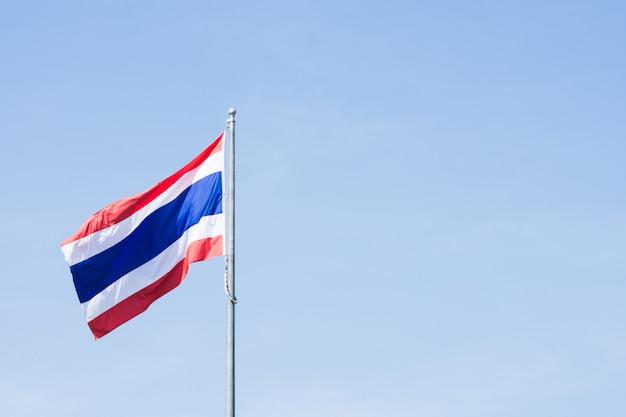 Bild des wellenartig bewegens der thailändischen flagge von thailand mit blauem himmel.