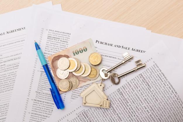 Bild des wohnmietvertrages mit geld und schlüsseln.