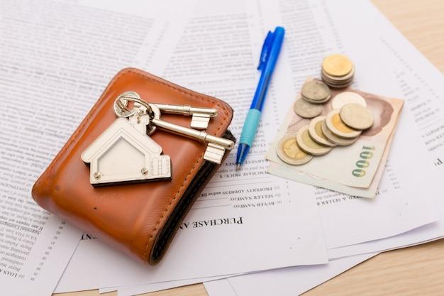 Bild des wohnmietvertrags mit geld und schlüsseln. unterschriebener vertrag und schlüssel der immobilie