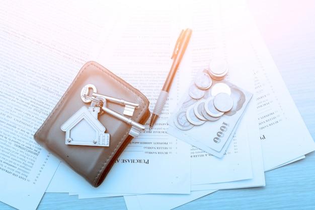 Bild des wohnmietvertrags mit geld und schlüsseln.