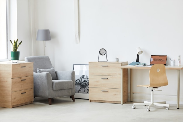 Bild des wohnraums mit laptop auf dem tisch und modernen möbeln