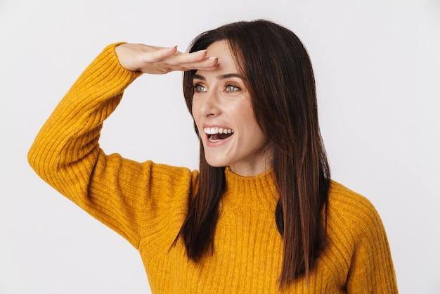 Bild einer aufgeregten brünetten erwachsenen frau, die einen pullover trägt und mit der hand auf ihre stirn schaut, isoliert auf weiß