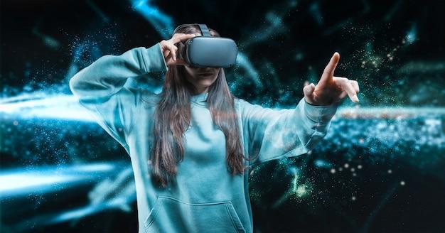 Bild einer frau, die eine brille der virtuellen realität trägt