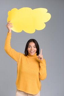 Bild einer glücklichen frau, die isoliert über graue wand posiert, die gedankenblase hält, haben eine idee.