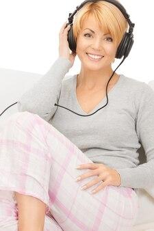 Bild einer glücklichen frau mit kopfhörern über weiß