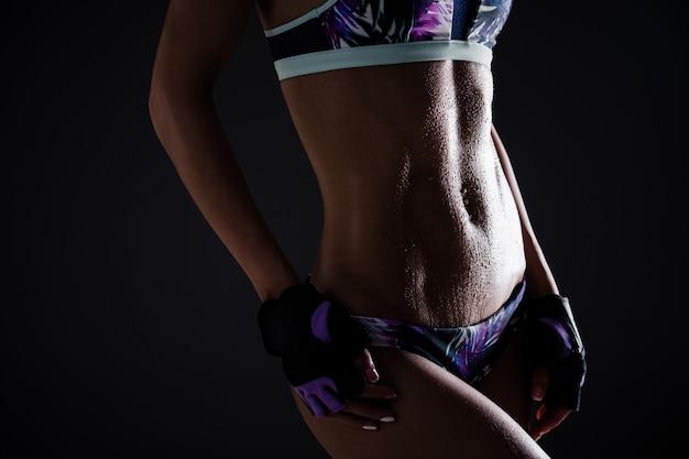 Bild einer gut getönten athletischen jungen frau mit fest definierten bauchmuskeln im magen