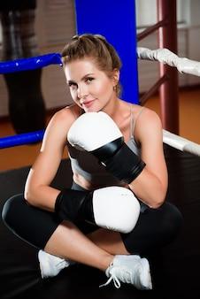 Bild einer jungen athletischen frau in boxhandschuhen.
