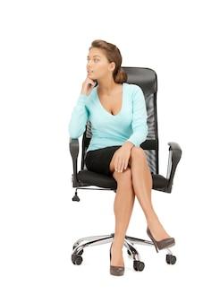 Bild einer jungen geschäftsfrau, die auf einem stuhl sitzt