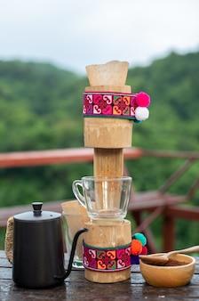 Bild einer kaffeemaschine mit frischem kaffeebohnenhintergrund und aus bambus.