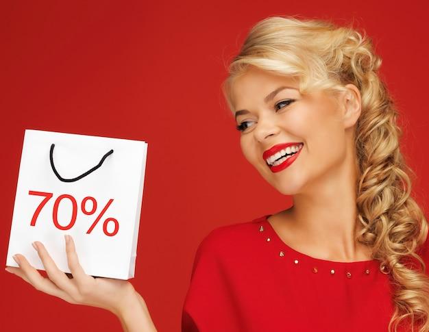 Bild einer schönen frau im roten kleid mit einkaufstasche