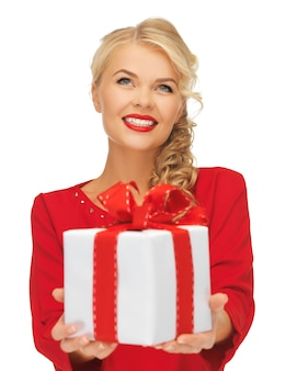 Bild einer schönen frau im roten kleid mit geschenk