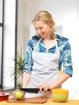 Bild einer schönen frau in der küche..