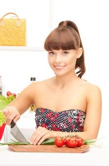 Bild einer schönen frau in der küche