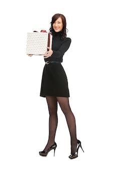 Bild einer schönen frau mit geschenkbox