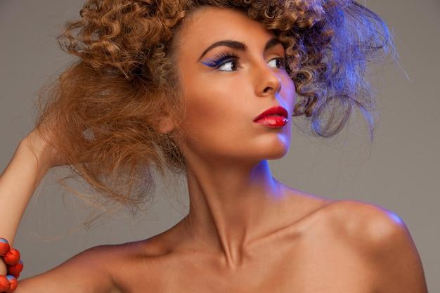 Bild einer schönen frau mit modischem haar über grau