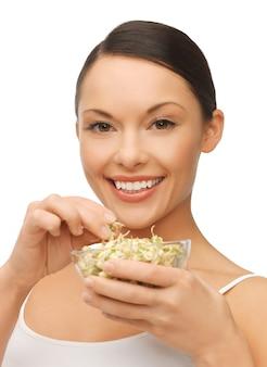 Bild einer schönen frau mit mungosprossen-bohnen