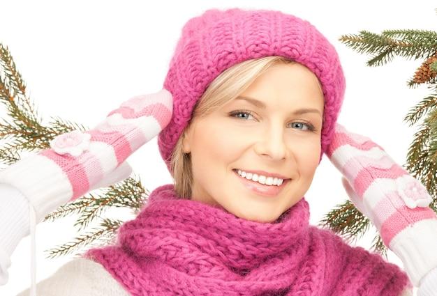 Bild einer schönen frau mit wintermütze