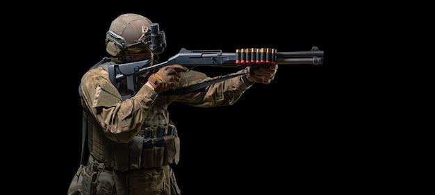Bild eines amerikanischen soldaten, der mit einer schrotflinte zielt. das konzept der militärischen spezialoperationen. swat-gruppe. gemischte medien