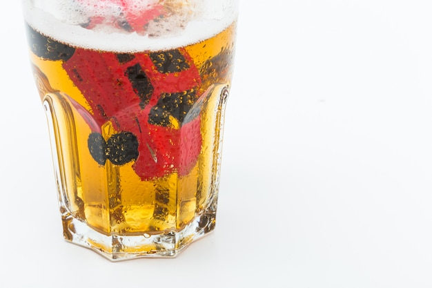 Bild eines betrunkenen fahrunfalls innerhalb eines kleinen glases