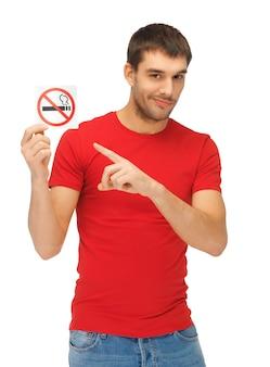 Bild eines ernsten mannes im roten hemd mit nichtraucherzeichen.