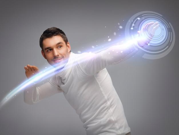 Bild eines futuristischen mannes, der mit einem virtuellen bildschirm arbeitet