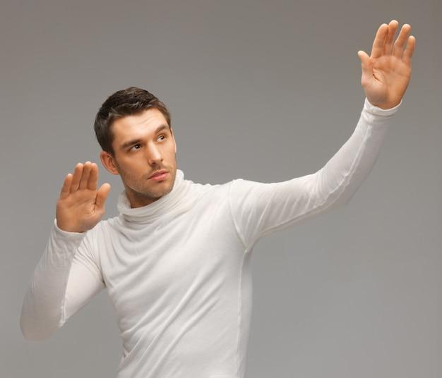 Bild eines futuristischen mannes, der mit etwas imaginärem arbeitet.