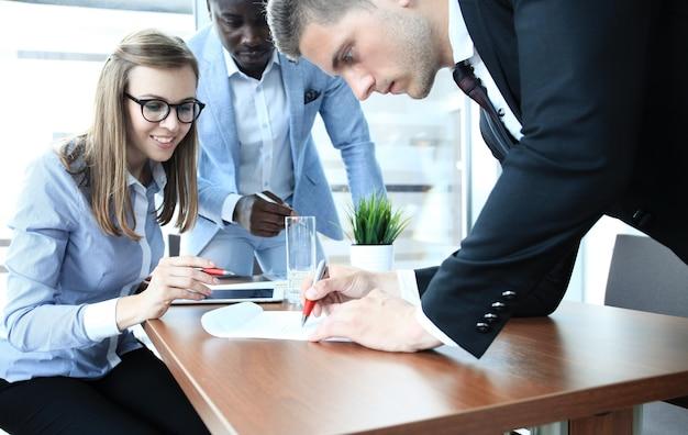 Bild eines geschäftsteams, das am tisch sitzt und ein neues projekt bespricht