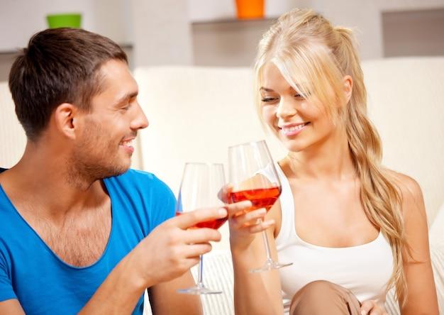 Bild eines glücklichen romantischen paares, das wein trinkt (fokus auf frau)