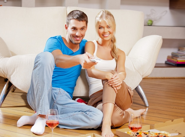 Bild eines glücklichen romantischen paares mit fernbedienung Premium Fotos
