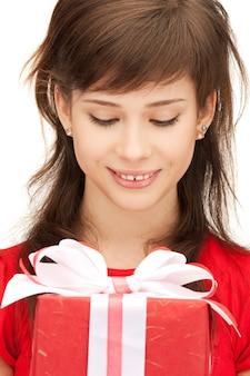 Bild eines glücklichen teenager-mädchens mit geschenkbox