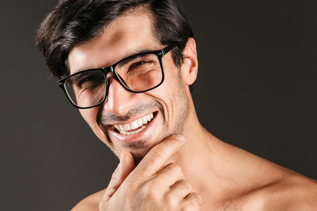 Bild eines gutaussehenden jungen mannes lokalisiert, der brillen trägt.