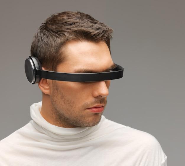 Bild eines gutaussehenden mannes mit futuristischer brille.