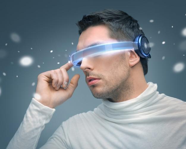 Bild eines gutaussehenden mannes mit futuristischer brille