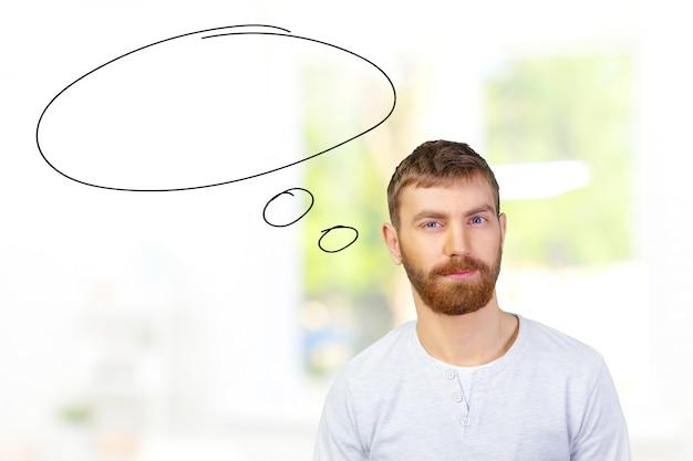 Bild eines jungen zufälligen mannes, der misstrauisch schaut