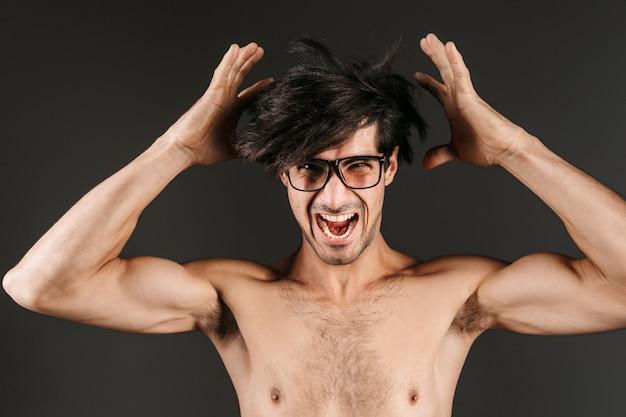 Bild eines schreienden jungen mannes, der isoliert aufwirft.