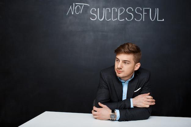 Bild eines traurigen mannes über tafel mit text nicht erfolgreich